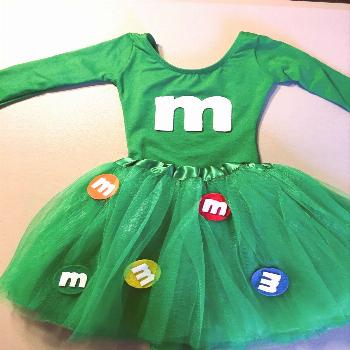 Who doesn't love M&M's?! This easy DIY Halloween costume requires no sewing and is easy to put toge
